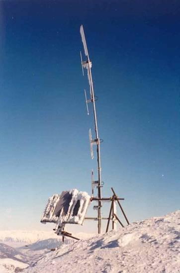 Die Antennenanlage, verbogen durch das Gewicht des Eises und die Schubkraft des Windes