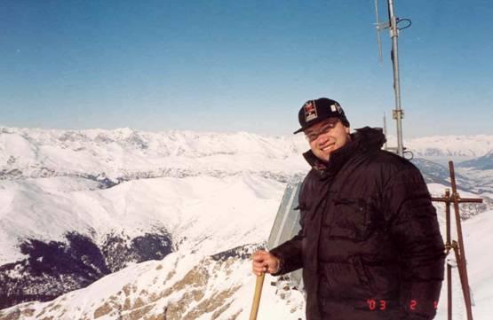 Juri, IW3AXJ mit Schneeschaufel (… der Container ist unter 2 m Schnee!)